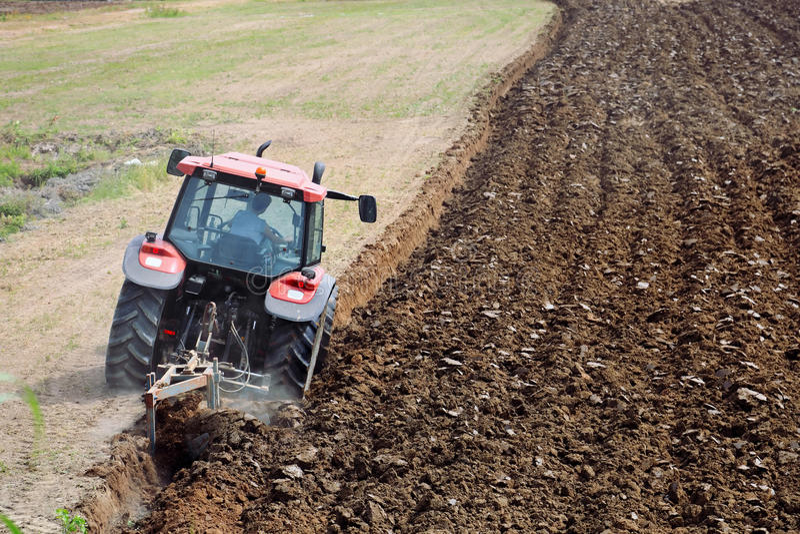 Traktor, der das Feld pflügt lizenzfreies stockfoto