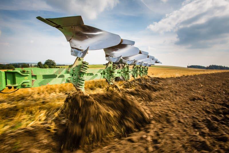 Traktor, der an dem Bauernhof arbeitet lizenzfreie stockfotografie