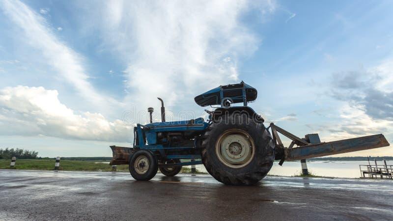 Traktor, der an dem Bauernhof, ein moderner landwirtschaftlicher Transport, a arbeitet lizenzfreies stockbild