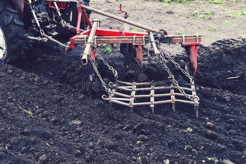 Traktor, der an dem Bauernhof, ein moderner landwirtschaftlicher Transport, ein Landwirt arbeitet auf dem Gebiet, moderne Traktor stockbilder