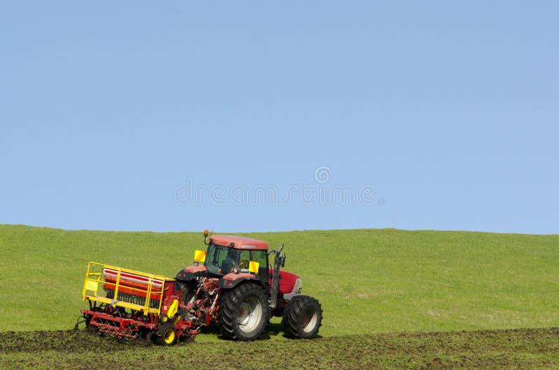 Traktor, der den Boden pflügt lizenzfreie stockbilder