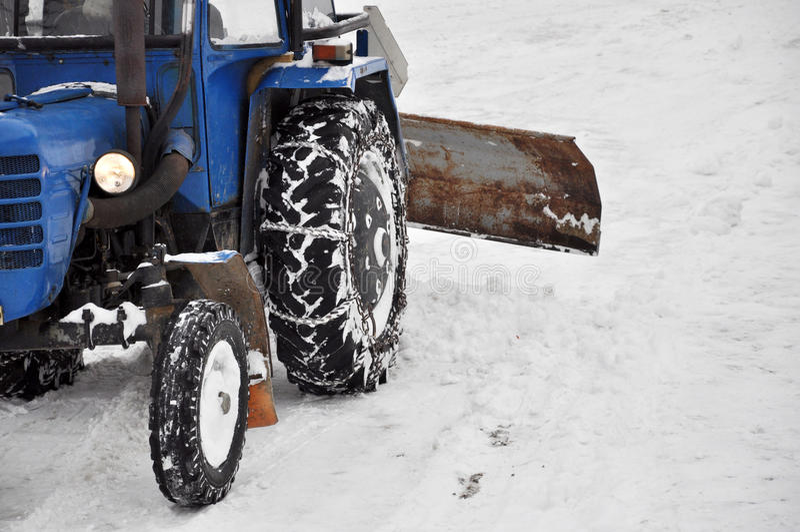 Traktor, der die Straße säubert stockfotografie