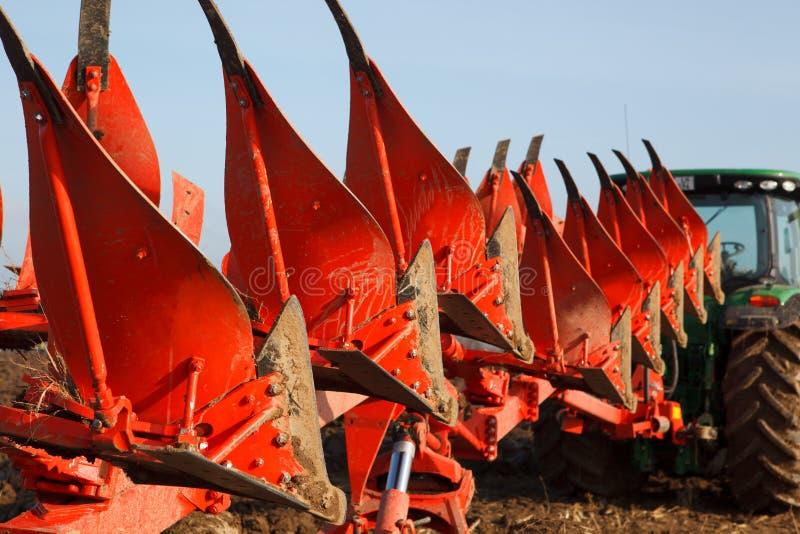 Traktor, der Feld pflügt stockfoto
