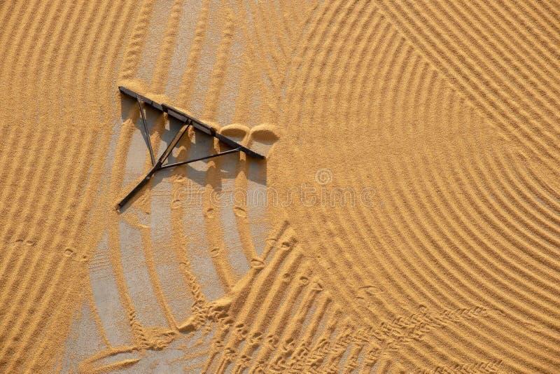 Traktor, der gebrochenen Weizen für das Trocknen flachdrückt stockbild