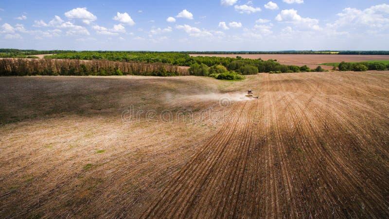 Traktor, der Land für das Säen von sechzehn Reihen von der Luft, von Konzept der Bearbeitung, Säen, Feld, Traktor und Produktion  lizenzfreie stockfotos