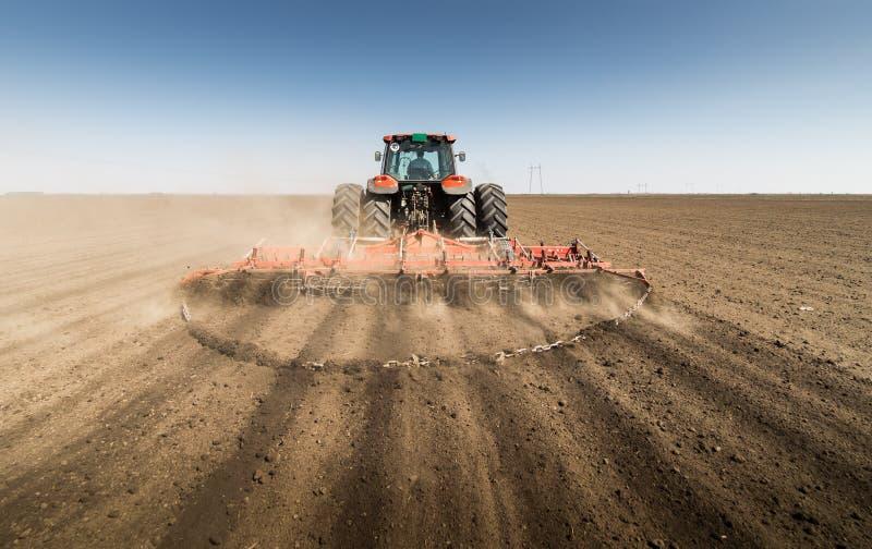 Traktor, der Land vorbereitet stockfoto