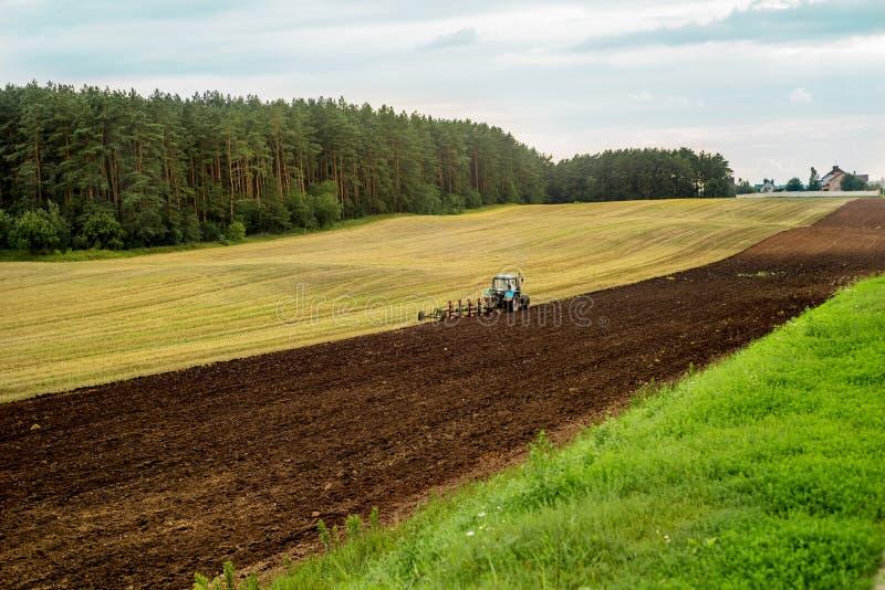traktor för cornwall england fältred royaltyfri foto