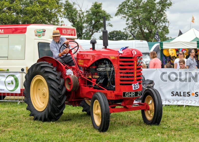 Traktor för tappningMassey-Harris 744 PD arkivfoto