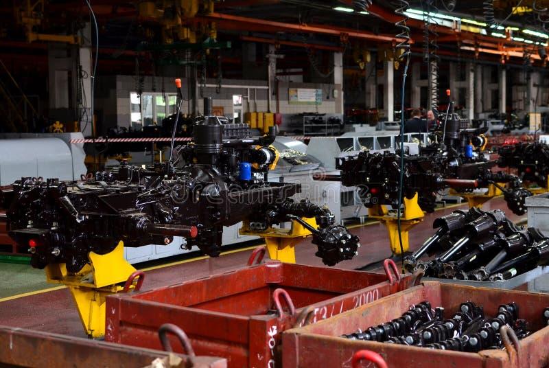 Traktor-Fertigungsarbeit Flie?band innerhalb der Fabrik der landwirtschaftlichen Maschinerie lizenzfreies stockbild