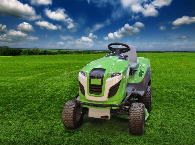 Traktor-gräsmatta gräsklippningsmaskin på ett rymligt royaltyfria bilder