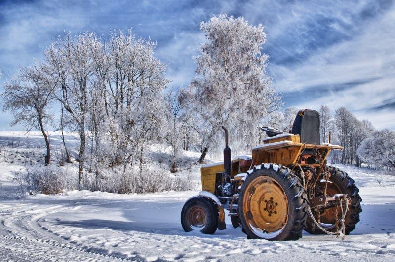 Traktor im Winter lizenzfreie stockbilder