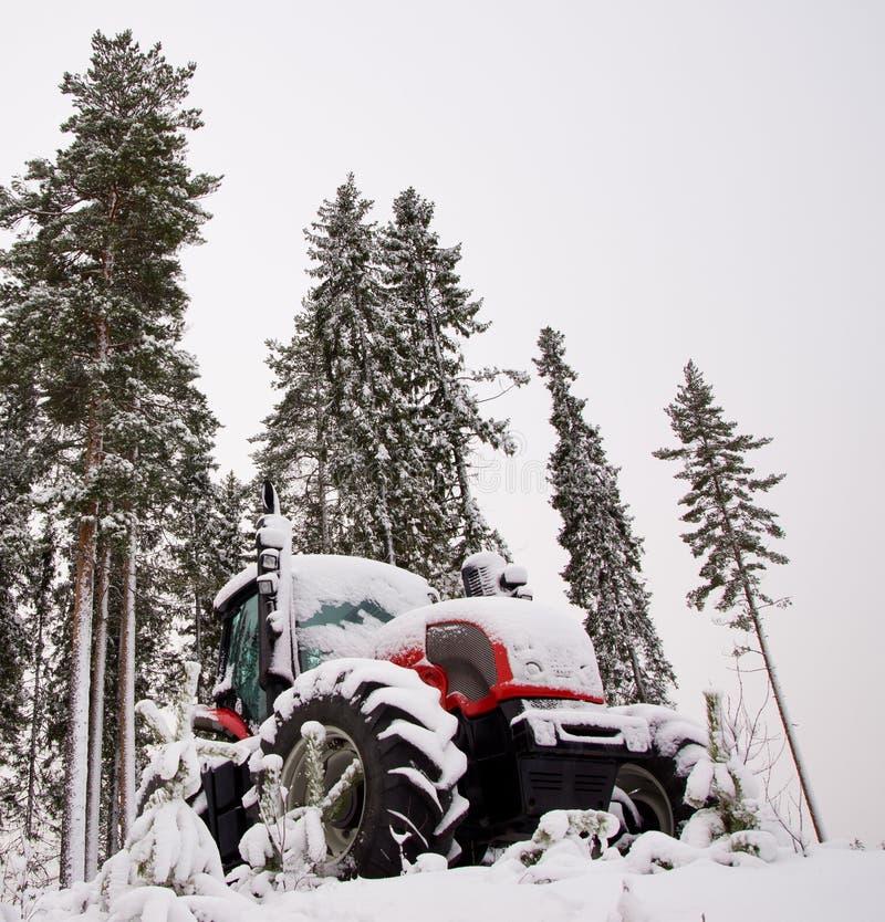 Traktor im Winterwald stockbild