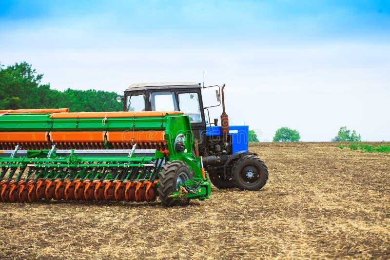 Traktor med ett harv royaltyfria bilder