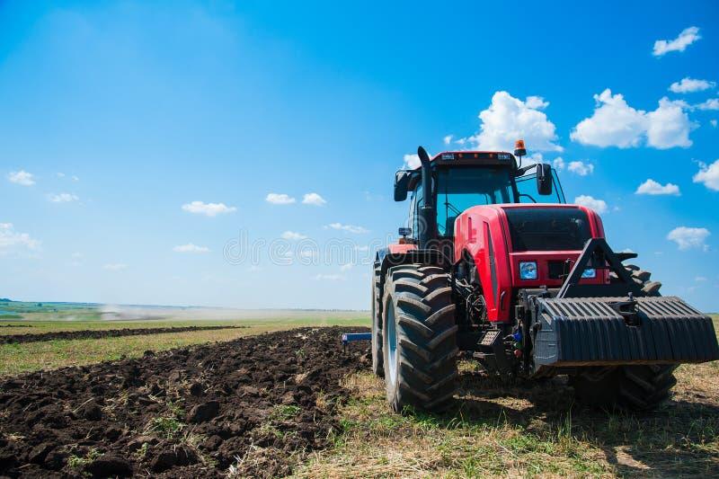 Traktor, medan ploga royaltyfria foton