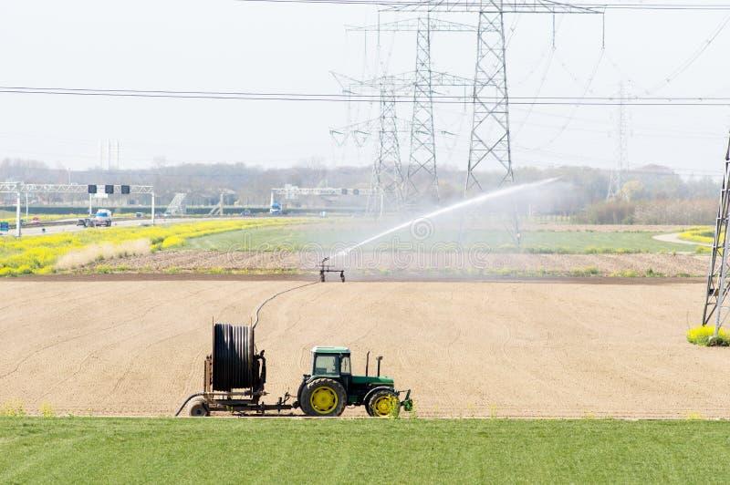 Traktor mit Bewässerungsanlagen Bewässerungsanlagen lizenzfreies stockbild