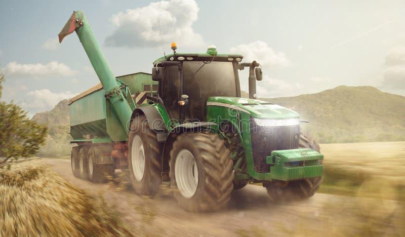 Traktor mit einem Anhänger in der Bewegung stockfotografie