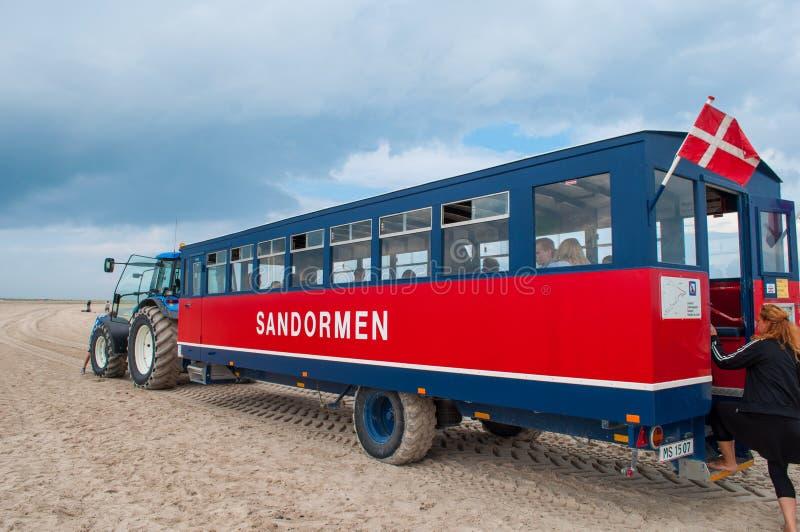 Traktor mit einem Passagierlastwagen lizenzfreie stockfotografie