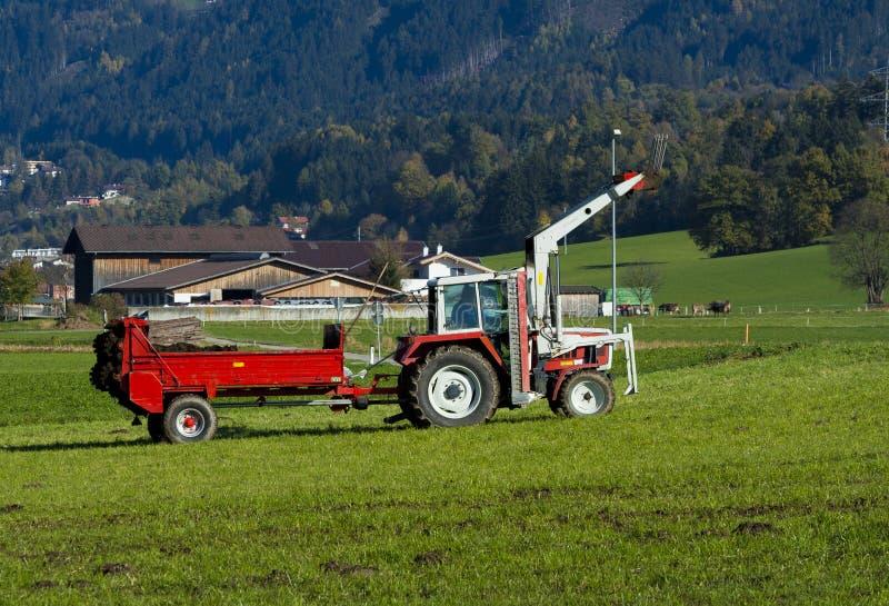 Traktor mit einem Schlussteil stockfotografie