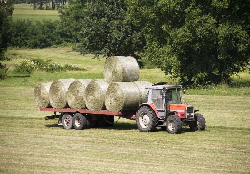 Traktor mit Heuballen lizenzfreies stockbild