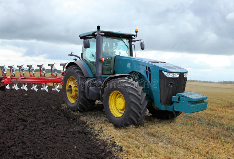 Traktor mit Pflug stockfotografie