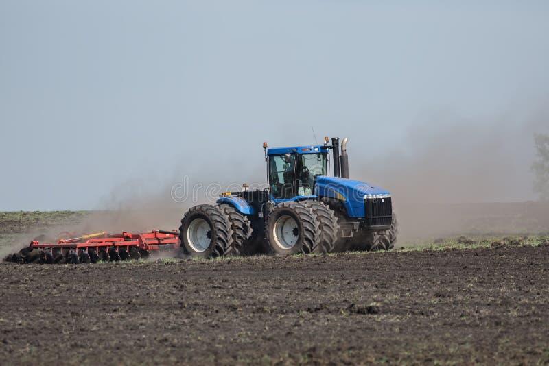 Traktor mit Pflug stockbild