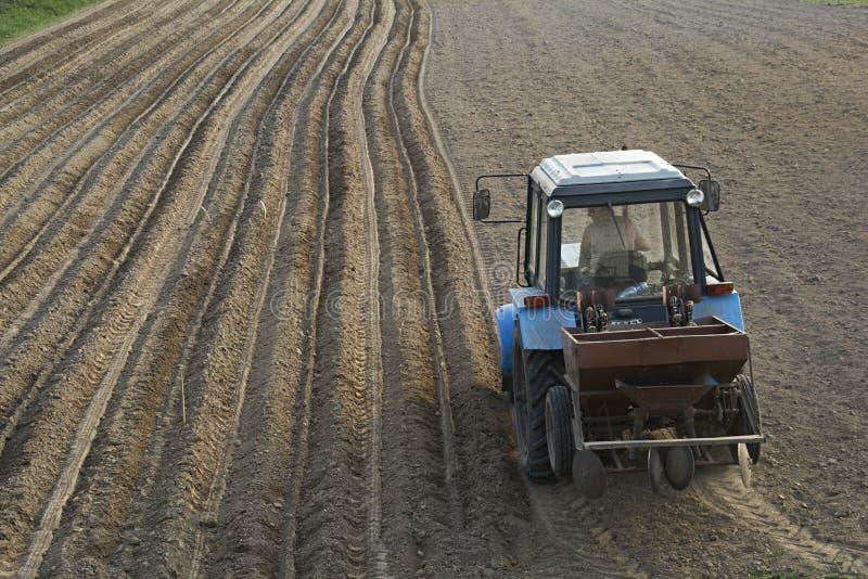 Traktor mit Säenmaschine stockbilder
