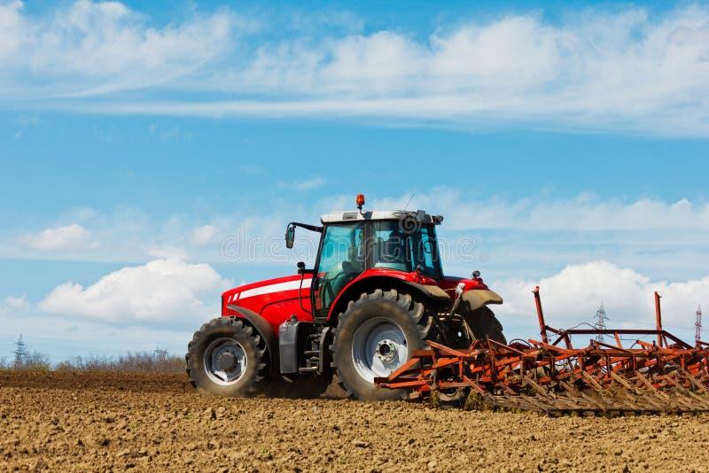 Traktor och plog royaltyfri bild