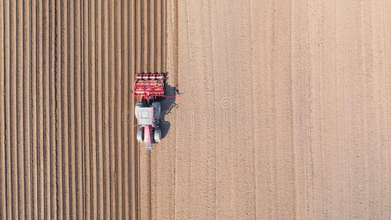 Traktor på ett plogat fält, bästa sikt Jordbruks- fält för att plantera grönsaker arkivbild