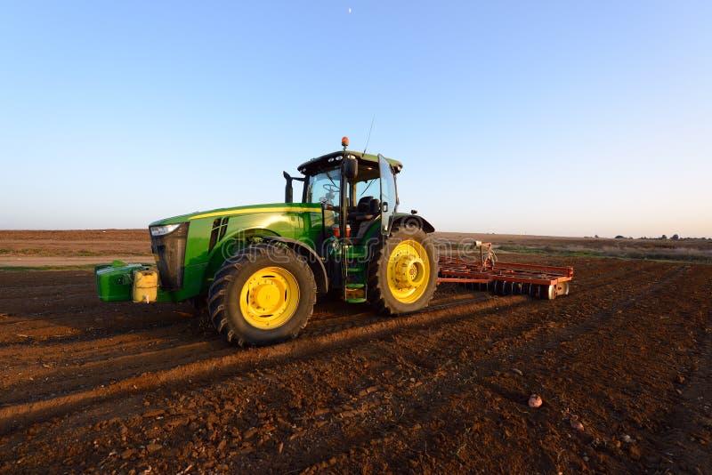 Traktor på fältet fotografering för bildbyråer