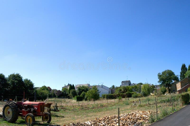 Traktor på lantgården royaltyfria foton