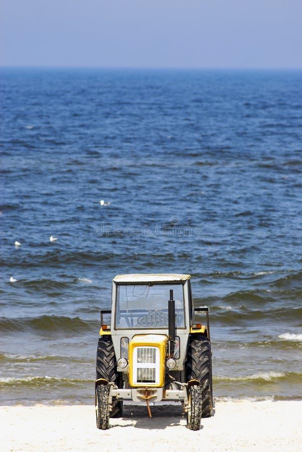 Traktor på stranden, Polen royaltyfri foto