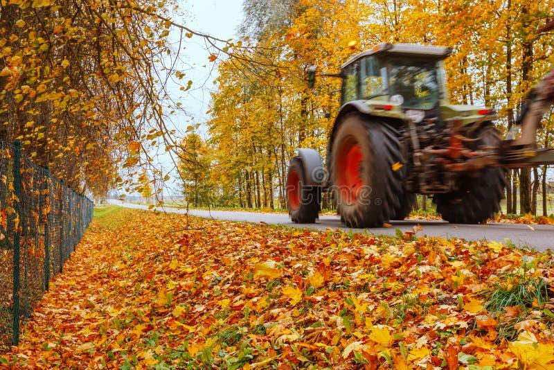 Traktor på vägen fotografering för bildbyråer
