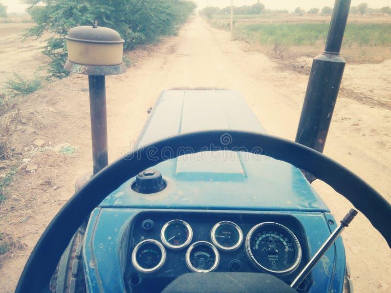 Traktor på vägen royaltyfri bild