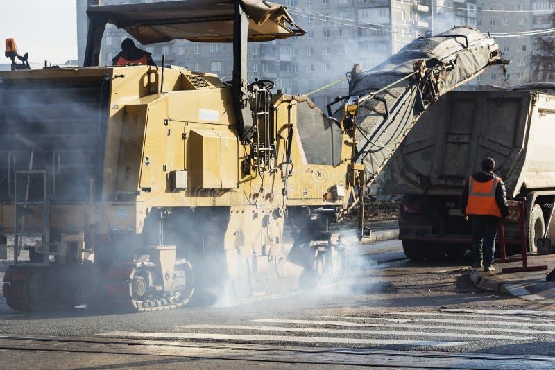Traktor rulle på vägreparationsplatsen Vägkonstruktionsutrustning Vägreparationsbegrepp Byggnadsarbetare på vägen royaltyfria foton