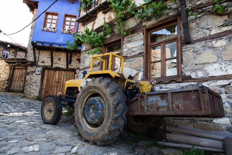 traktor som är främst av traditionella hus arkivbilder