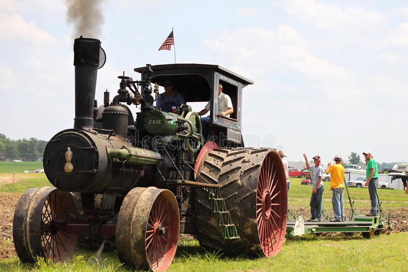 Traktor som brukar land royaltyfri fotografi
