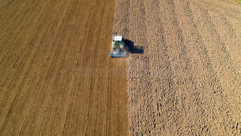Traktor som plöjer ett fält i den franska bygden royaltyfri bild