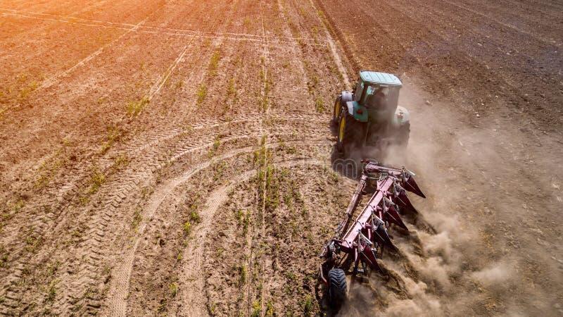 traktor som plogar den bästa sikten för fält, flygfotografering med surret royaltyfria foton