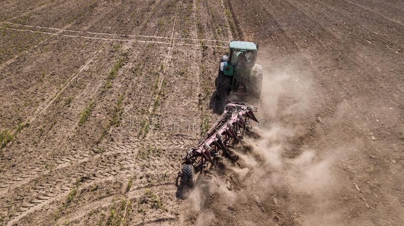 traktor som plogar den b?sta sikten f?r f?lt, flygfotografering med surret arkivfoton