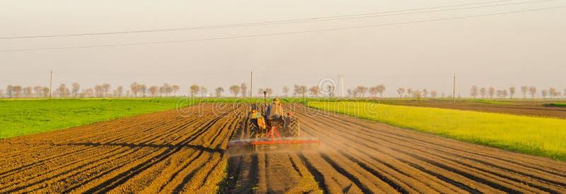 Download Traktor Som Plogar Det Jordbruks- Fältet På Solig Sommardag Arkivfoto - Bild av jordbruksmark, seed: 76703628
