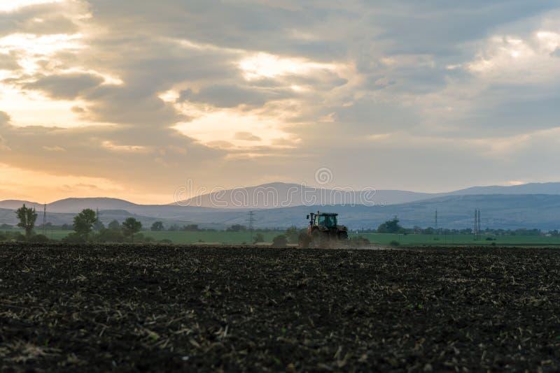 Traktor som plogar fält royaltyfri fotografi