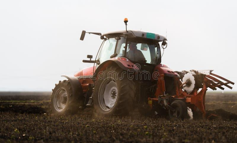 Traktor som plogar fält - förbereda land för att så i höst fotografering för bildbyråer