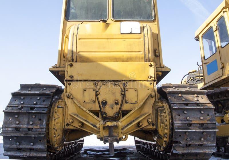 Traktor steht auf dem Schnee stockbild