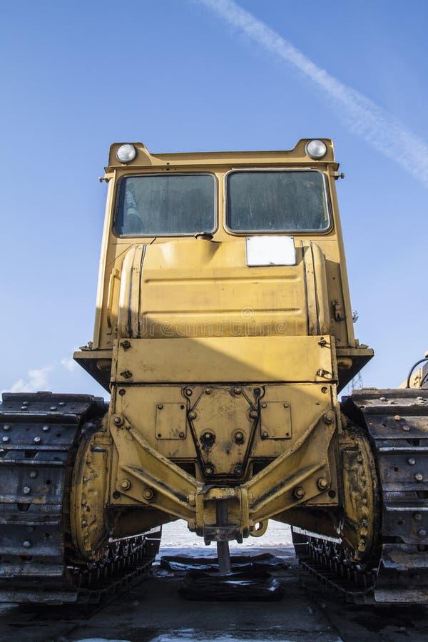 Traktor steht auf dem Schnee lizenzfreies stockbild