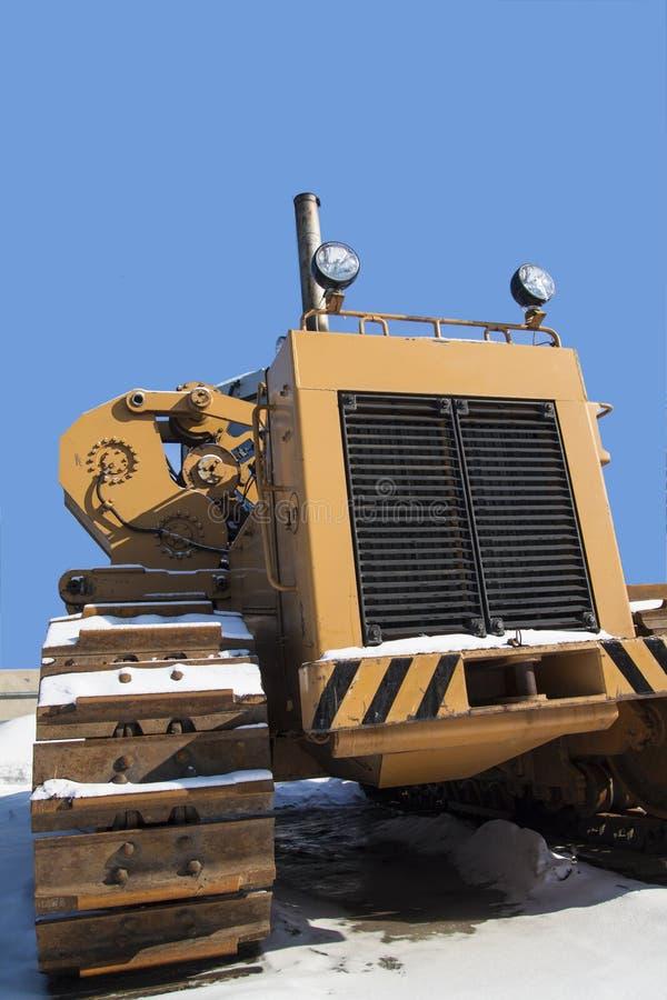 Traktor steht auf dem Schnee stockfotografie