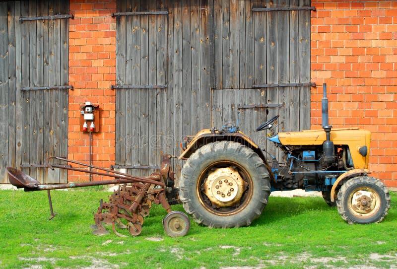 Traktor und Bauernhof stockfotografie