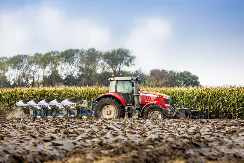 Traktor und Pflug stockbilder