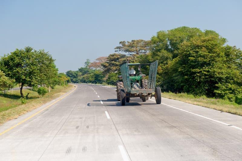 Traktor und Schlussteil auf Straße stockfoto