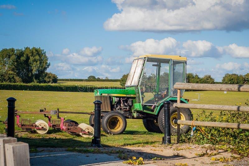 Traktor 2016 Vereinigten Königreichs Mersea, zum von Golfbällen auf einem Golffeld, Mäher zu erfassen lizenzfreies stockbild
