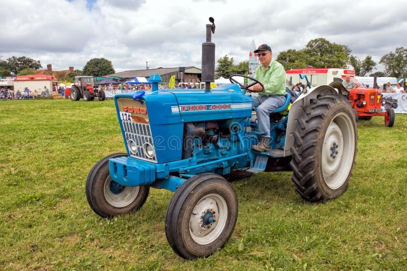 Traktor Weinlese-Fords 4000 lizenzfreie stockbilder